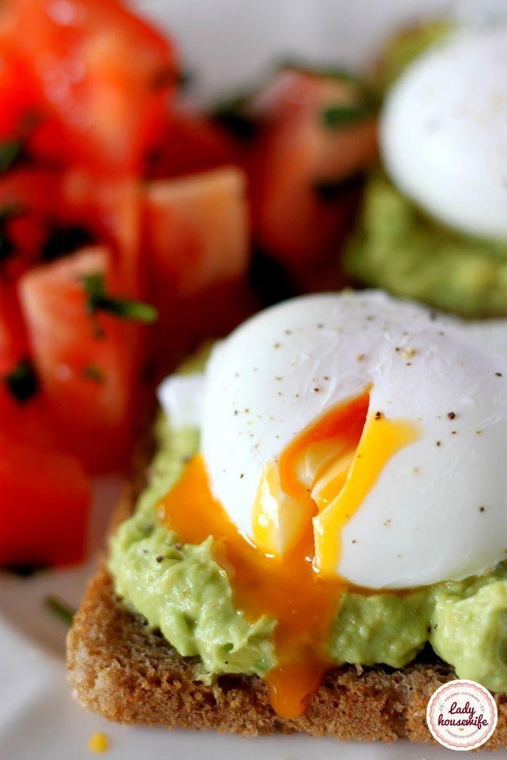 Zdrowe śniadanie pasta z avocado i jajko w koszulce.