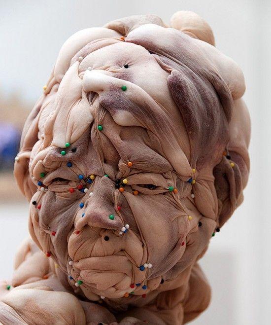 Rosa Verloop est une artiste néerlandaise qui crée des sculptures avec des bas nylon et autres collants couleur chair.