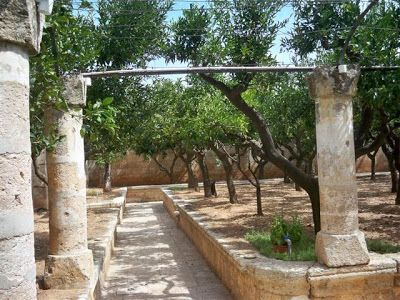 la Masseria Sant'Angelo de' Grecis conosciuta anche come Abbazia San Lorenzo:         gli esterni un grande spazio di giardino e di atrio:  ...