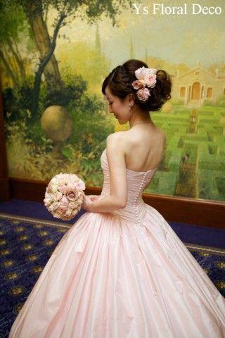 こちらのおふたりのお色直しのときのご様子です。白いドレスから、淡いピンク色のドレスにお召し替え。桜色のような、ごくごく淡いピンク色のドレスです。くるみボタ...