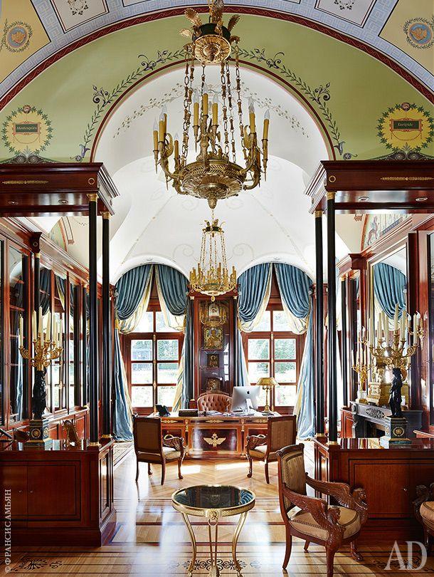 Кабинет хозяина аккуратно воспроизводит интерьерный памятник французского ампира…