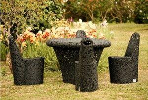 Stół Mono Table oraz krzesła Arche. Meble ogrodowe, które są odporne na warunki atmosferyczne dzięki czemu idealnie sprawdzą się w każdym ogrodzie.