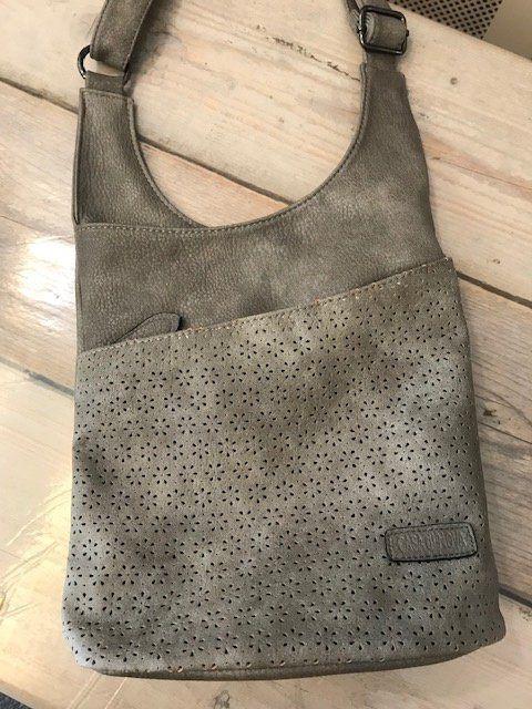 abf4a123a4c crosover tas grijs met leuk detail opengewerkt detail vakje met rits aan  achterkant voorop extra rits