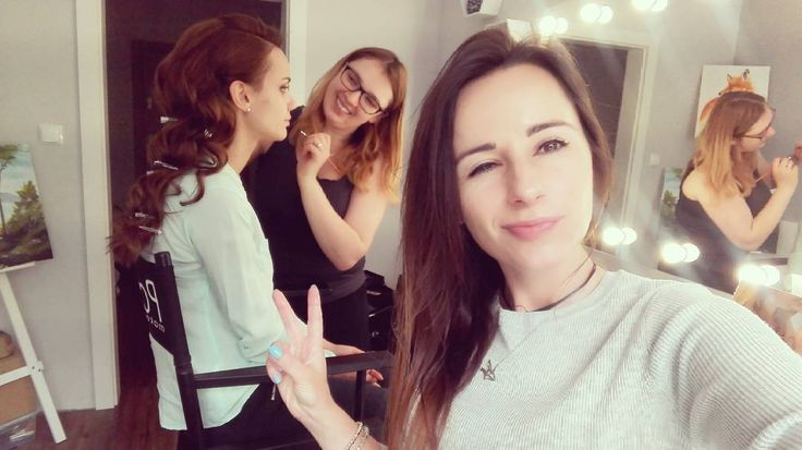 No cześć!  Pracujemy! Pedzlami macha @pasekmakeupartist  #noczesc #tomy #pracujemy #sesja #niedziela #wstudio #selfietime #selfie #atwork #photoshooting #hairstylist #makeupartist #model #beauty #polishgirls #hairstylistlife