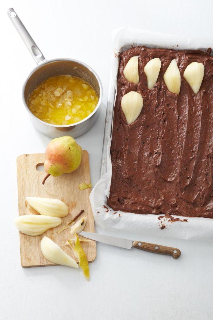 Birnen mit knusprigen Mandelblättchen in saftigem Schoko-Rührteig ➥ ein perfekter Herbstkuchen.
