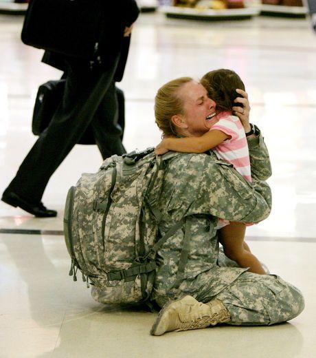 Cette maman-soldat américaine retrouve sa fille après une mission de 7 mois en Irak.