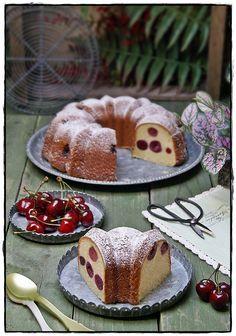 Bundt cake de leche condensada con cerezas