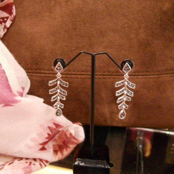 http://bisuteriademoda.es/pendientes-mujer/3249-pendientes-plateados-colgar-con-cristales-.html