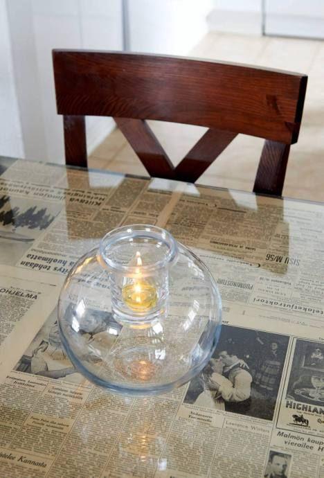 Pöydän lasilevyn alle voi asettaa vaikkapa vanhoja sanomalehtiä.