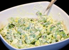 Lehký salát z medvědího česneku s vajíčkem                           Salát plný vitamínů, který vám zažene hlad a je připraven velmi rychle.