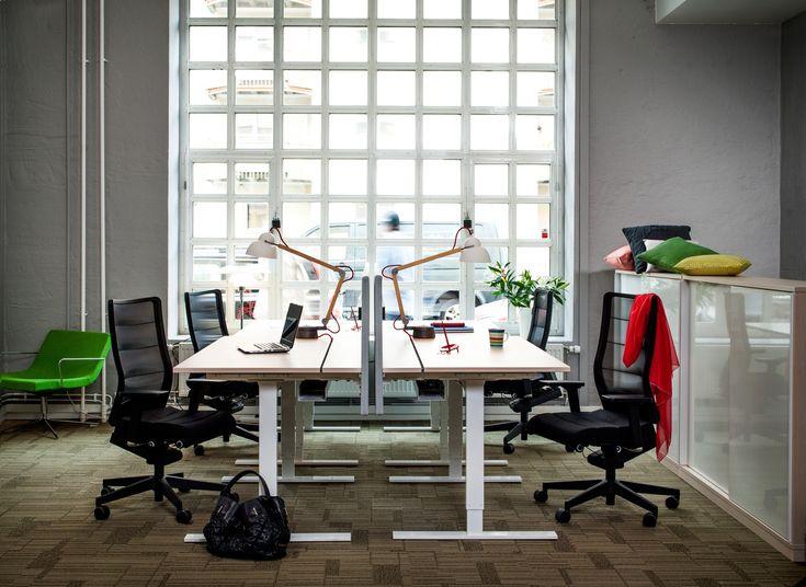 environnement de travail attractif : bureau en bois massif, chaises design, lampes à bras articulé et peinture grise
