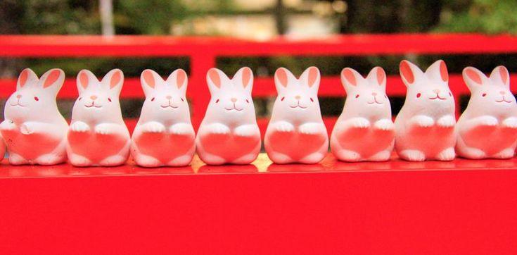すべてが「うさぎ」。狛犬ではなく、「狛うさぎ」。招き猫ではなく、「招きうさぎ」。京都の岡崎神社(京都市左京区岡崎)は、うさぎ好きの方におすすめのパワースポットです。敷地内の至るところに、うさぎたち。「おみくじ」「お守り」も、うさぎ。岡崎神社は、良縁&縁結び、厄除け、子授け、安産祈願の神社として人気があります。紅葉名所の南禅寺や永観堂(禅林寺)、平安神宮に近く、初詣にもおすすめです。