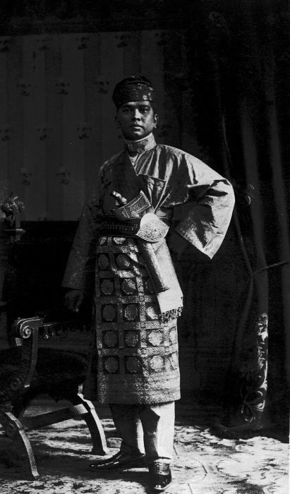 COLLECTIE TROPENMUSEUM Studioportret Putra mahkota van Deli 1915.