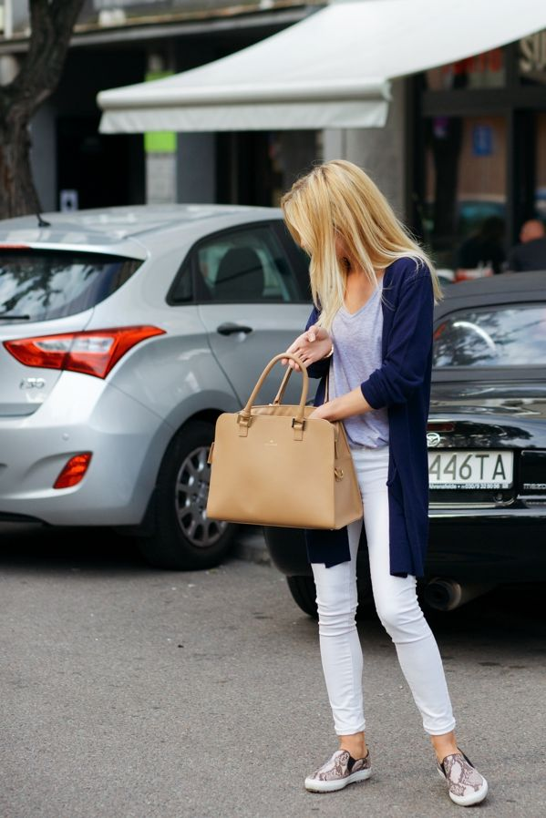 Katarzyna Tusk shows the best way to style white skinnies - with a plain grey tee and a long cardigan!Cardigan: Massimo Dutti, Shoes: Zara, Top: Zara, Jeans: Mango