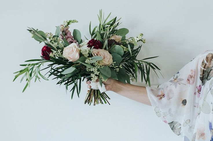 How stunning is this arrangement from @fallforflorals?! Life is good when your job is to be surrounded by flowers!  PS: thank you for all the tips yesterday!! You guys are the best!! . . . . . : @kararohlphoto  #fleurslove #flowergram #theartofslowliving #seekthesimplicity #mothernature #flowerstalking #roses #rosestagram #welcometothejungle #botanicalpickmeup #gypsyskulls #searchwandercollect #pin #getwild #searchwander #livefolk #underthefloralspell #flowersgivemepower #floraldesign…