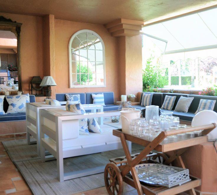 terraza en marbella con mobiliario de y banco de obra por sube