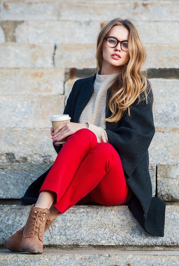 Conjunto abrigo gris oscuro, jersey beis, pantalones rojos y botines marrones #misconjuntos #conjuntomoda #modafemenina #ropamujer #modainvierno #combinarropa