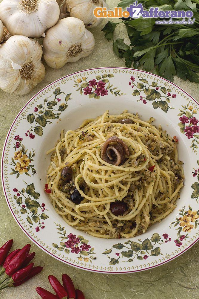 Gli #SPAGHETTI POVERI (poor man's spaghetti) sono un primo piatto semplice e realizzato con pochi ingredienti, che sprigionano profumi e sapori incredibili! Aggiungete anche dei #pomodorini freschi e il risultato sarà un successo!  #GialloZafferano #ricetta #italianfood #italianrecipe