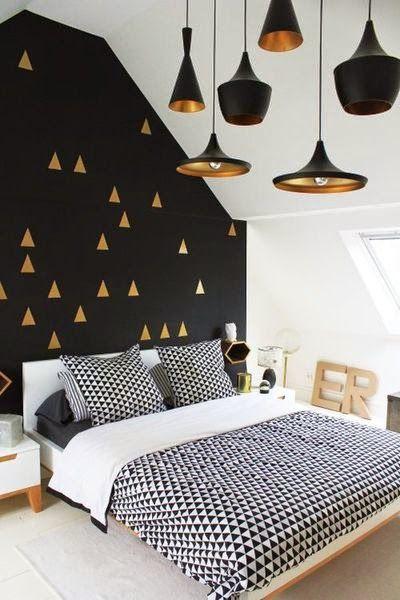 30 inspirations déco pour la chambre : ♡ On aime : Le noir avec l'or + Les Beat Lights de Tom Dixon au plafond, de différentes formes et tailles (disponible sur mydecolab : http://mydecolab.com/fr/goods/beat-light-wide-ceiling-light) ✐ On retient :  Les touches d'or sur le mur noir pour casser la masse et éclairer le mur | http://blog.mydecolab.com @mydecolab