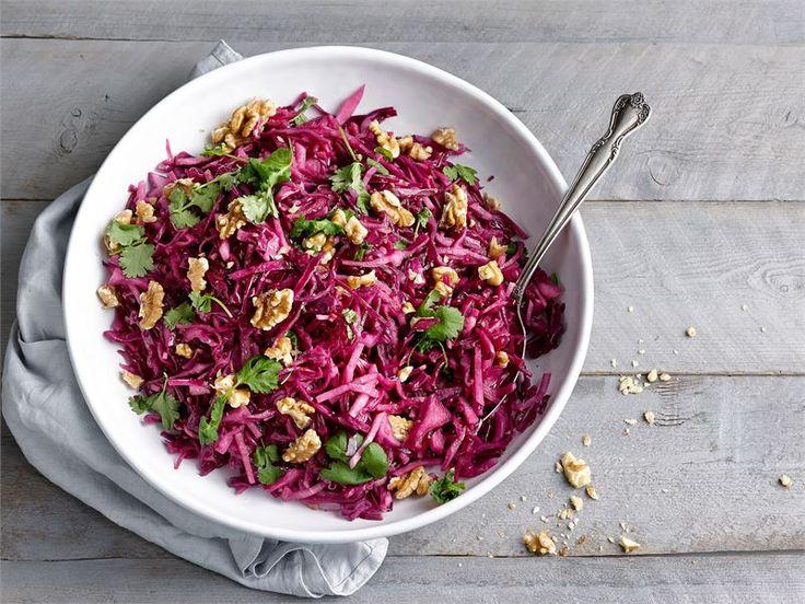 Marinoitu ja hapokas punakaali-pähkinäsalaatti on mainio lisäke täyteläisille ja rasvaisille liharuoille. #valioreseptit