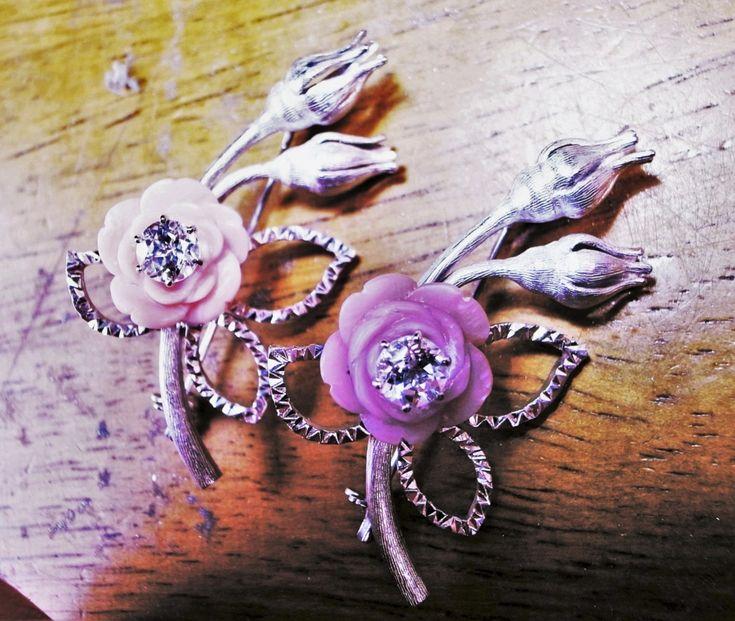 現代ものですが、彫りのバラエティが面白かったので。Petit Fiori和久譲治。銀,ピンク貝、紫貝、ホワイトトパーズ。洋彫りと和彫りの両方を使ったジュエリー。「花は彫刻刀のような「graver・グレイバー」で彫り、蕾と茎は「liners]と呼ぶ「筋彫りグレイバー」を使っています。「liners]を使った「florentine Finish]はミラノのMario Buccellati(マリオ ブチェラッティ)が完成させた表面仕上げ彫りです。皆様が良く知るジュエリーブランド「ブチェラッティ」の初代です。ミラノの彼が完成させた「florentine Finish]ですが、フローレンスの工房で流行したため「フローレンタイン」と呼ばれています。さらに詳しく説明すると、茎は平行線で仕上げる「rigato」、蕾はベルベット仕上げの「segrinato」の仕上げになっています。」