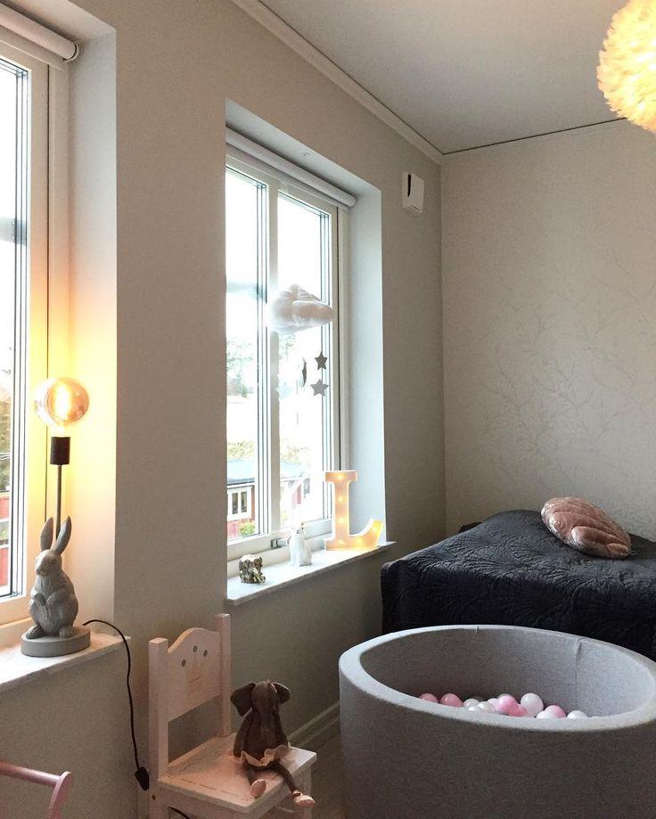 Värmdövillan #bunnyinthewindow #babyrum #flickrum #rosa #grått #williammorris #willowbough #byon #kaninlampa #bollhav #aliceandfox #stockholm #värmdö #inredning #inredningsinspo #inredningsinspiration #inredning123 #interior #interiordesign #interiorwarrior #renoveringsdamm #34kvadrat #interiorbynina #lovisaalceninterior #emiliesvackra #starwoman #lifestylebyl #houseno31 #nyahemmet #inspobycaroline #varmdovillan