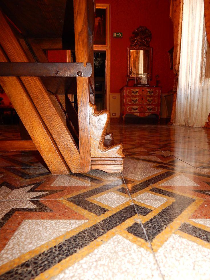 Dettaglio ornamento, sedia scaletta in Palazzo Francavilla, Ernesto Basile.