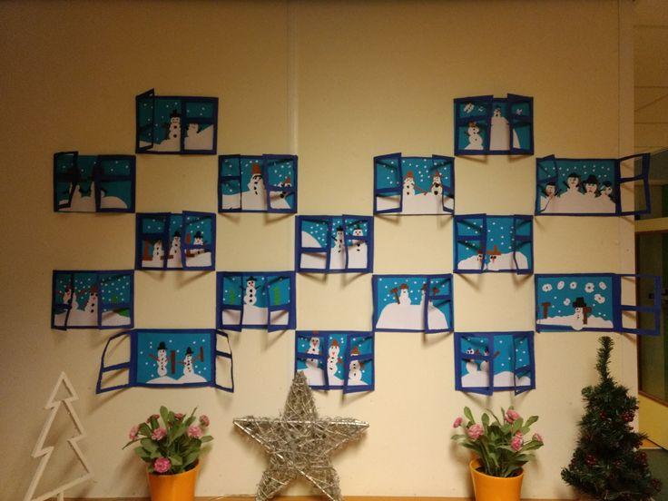 Neem een groter tekenvel dan A4. Twee kleuren, nl licht- en donkerblauw. De d. blauwe nogmaals halveren voor de ramen. De ramen uit laten knippen of prikken. Zorg ervoor dat beide ramen een plakstrook hebben. Ramen met plakstrook opplakken en binnenkant versieren. Bergen van wit papier, sneeuwpoppen knippen en sneeuwvlokken maken met de perforator.