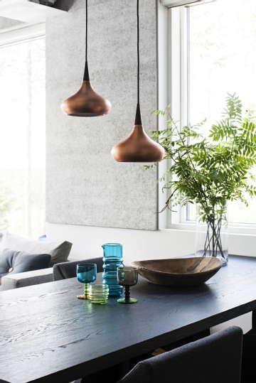Ihanat kuparin väriset valaisimet roikkuvat huolettomina pöydän päällä. #etuovisisustus #valaistus #vepsäläinen