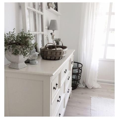 Enjoy your sunday, everyone⭐️ #summer#sommer#weekend#norge#norway#nordicinterior#stue#livingroom#boligplussminstil#landstil#lantliv#old#gammelt#gjenbruk#vintage#vindu#window#interior4all#finahem#vakrehjemoginterior#vakrehjemoginteriør#home#hjem#interior#interiør