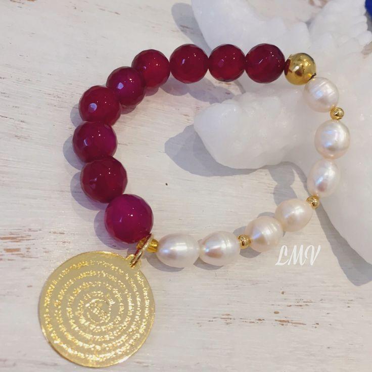 Pulsera piedras ágatas, perlas cultivadas y dije del Padre Nuestro en bronce by Luz Marina Valero