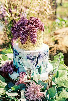 bolo floral dois níveis com nível superior de ouro |  Bolo de casamento