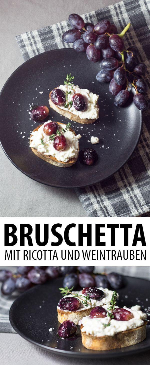Bruschetta mit Ricotta und gebackenen Thymian-Weintrauben. Ein italienischer Antipasti-Klassiker mal ganz anders.