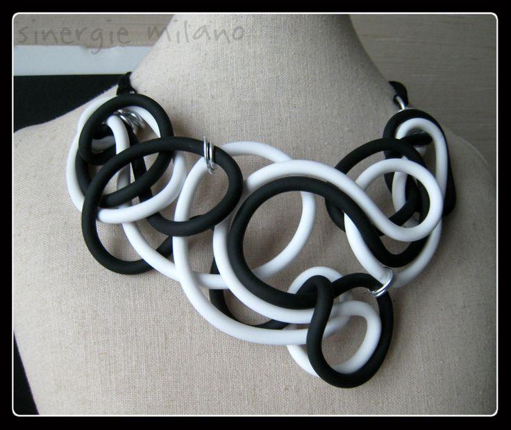 Collana Caucciù Bianco e nero - gioielli caucciù - gioielli contemporanei - collana contemporanea - collana bianca e nera - gioielli BN di sinergiemilano su Etsy