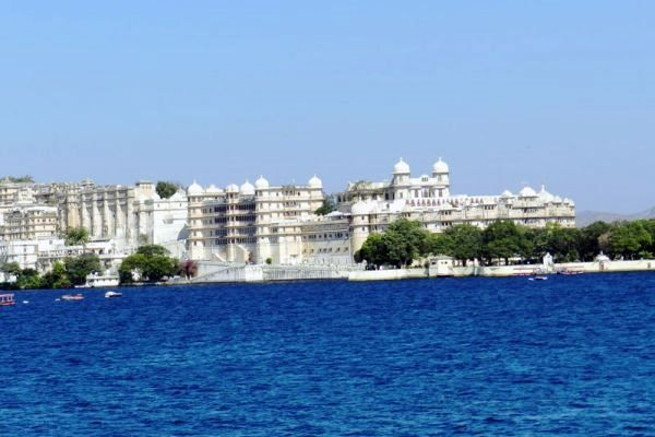 Start this walking tour at Udaipur which takes you to the famous Ghats and historic temples and the 5 pristine lakes Lake Pichola. Udaipur is popularly known as the City of lakes, founded in 1559 by Maharana Udai Singh II. The Old City of Udaipur is dotted with numerous historic temples, Havelis, Bazaars, baoris (Step wells a source of drinking water) so you get to see the diverse culture, traditions and craftsmanship