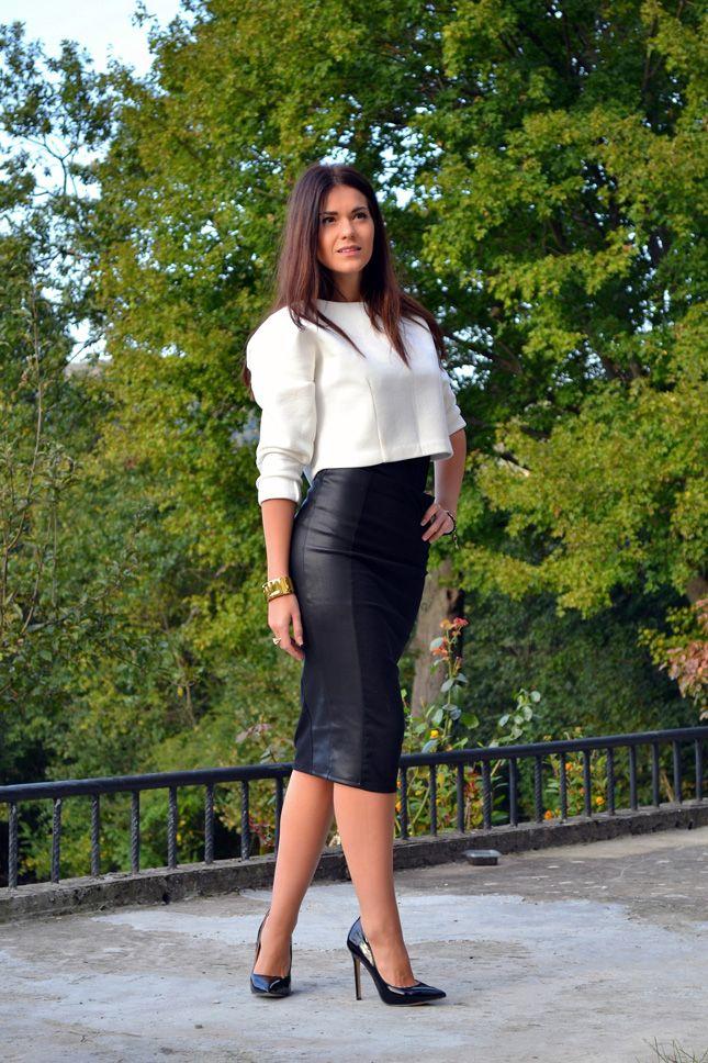 Comprar ropa de este look: https://lookastic.es/moda-mujer/looks/jersey-corto-blanco-falda-a-media-pierna-negra-zapatos-de-tacon-negros-reloj-dorado/4493 — Jersey Corto Blanco — Zapatos de Tacón de Cuero Negros — Reloj Dorado — Falda a Media Pierna de Cuero Negra