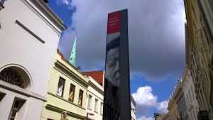Vor dem Willy-Brandt-Haus in Lübeck