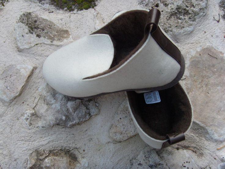 Une paire de charentaise fourrée, relookée, fabriquée en France, très confortable et élégante. www.cetaellecetalui.com