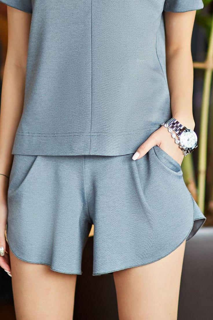 Серые трикотажные мини-шорты от SL.IRA. Купить стильные дизайнерские Брюки и шорты недорого.
