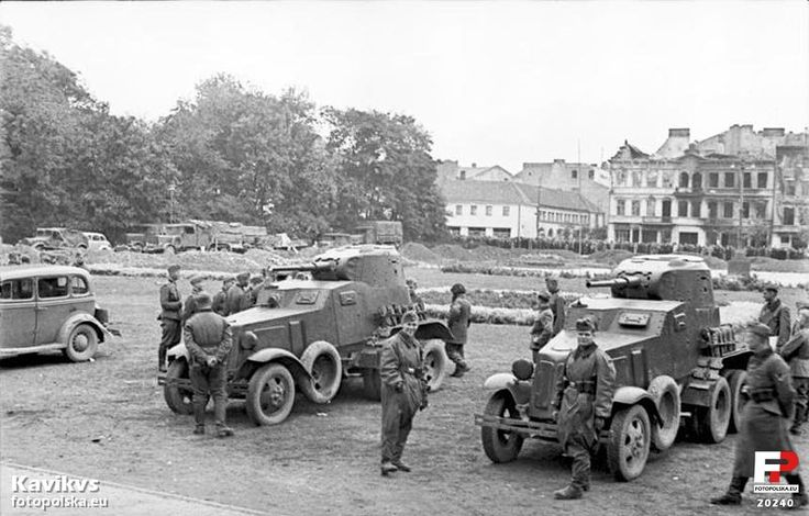 Plac Litewski. Radzieckie samochody pancerne BA10. Niemieccy i radzieccy okupanci są absolutnie zaprzyjaźnieni (do czasu)