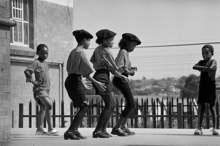 Jürgen SCHADEBERG :: Three Kliptown dancers rehearsing in Soweto