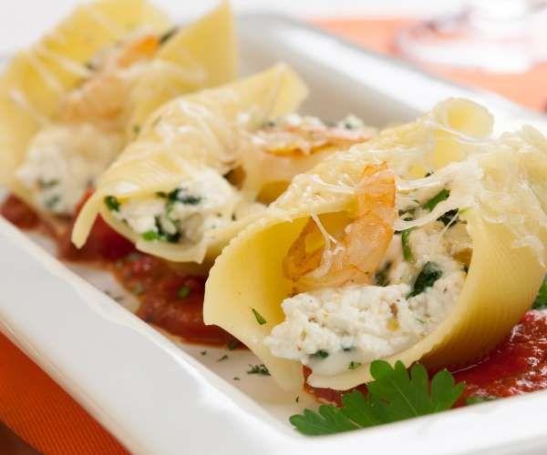 O macarrão concha recebe bem molhos cremosos e de camarão justamente pelo seu formato. Vale a pena e... - Shutterstock