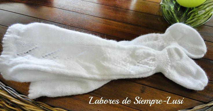 Hoy os presento unas polainas con pie para bebé en talla 0/3 meses ;tejidas con Katia New Babette en   color blanco y con agujas nº 2 y 2...