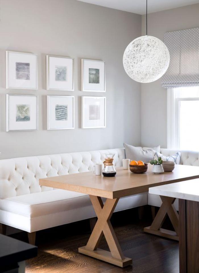 banquette de cuisine tapissée et table en bois