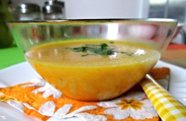 Mrkvová polévka s krupičkou 3 ksvětší mrkve 1 kszeleninového bujónu 1 ksvejce 4 lžícedětské krupičky pár kapek polévkového koření trochu másla petrželová nať mletý kmín voda sůl