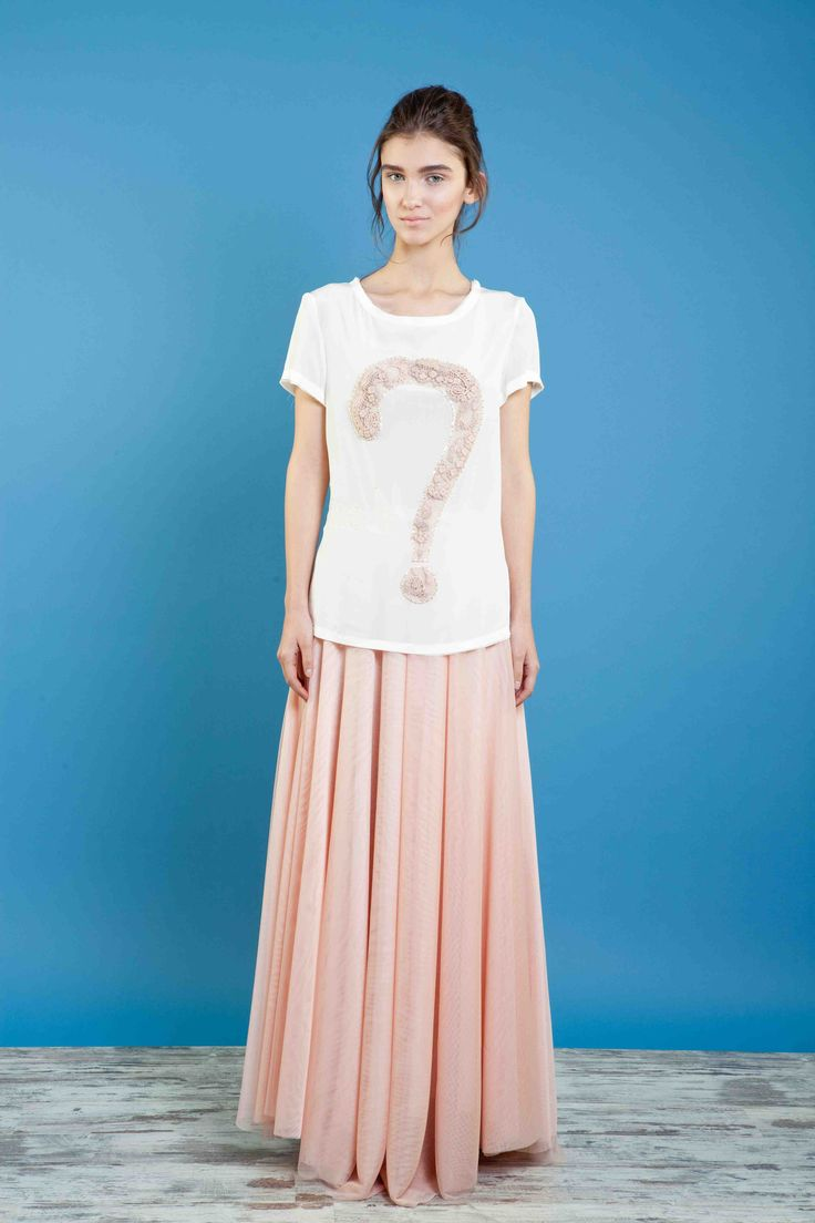 T-shirt in crepe di seta ricamata, gonna in tulle multistrato. #bonton #princesse #metropolitaine #fashion #tshirt #embroidered #questionmark #skirt