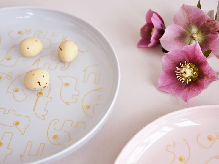 Yummy plates with powder and gold for a sparkling easter with kids,