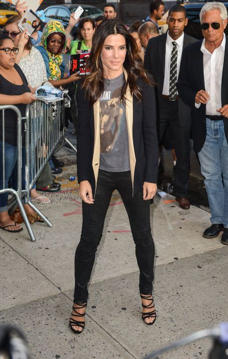 Outfit we love: Sandra Bullock in a t-shirt, blazer, skinny jeans and sexy shoes.