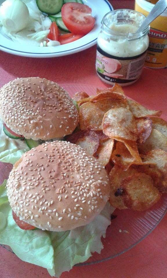 Hamburger és házi, sült krumpli