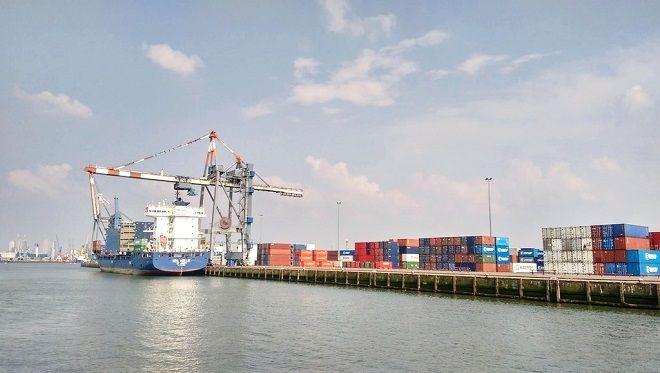 Vue de conteneurs dans le port de #Rotterdam. #Hollande #PaysBas